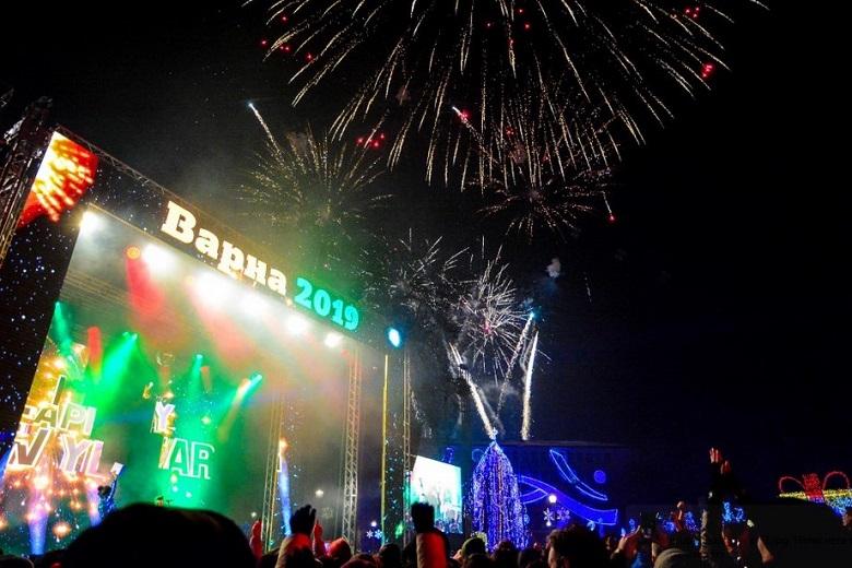 Варна посрещна Новата 2019 година на площада