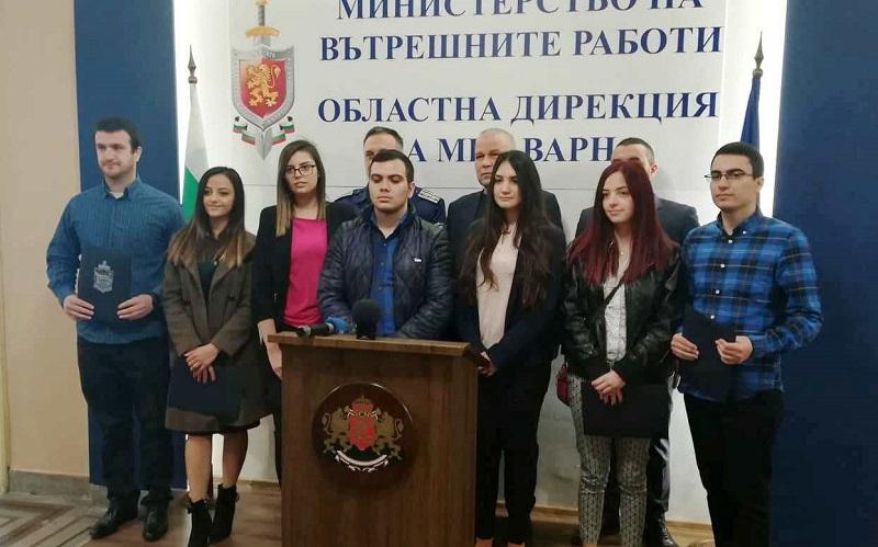 """Студентите на ВСУ """"Черноризец Храбър"""" с грамоти от МВР за кампанията срещу ало-измамниците"""