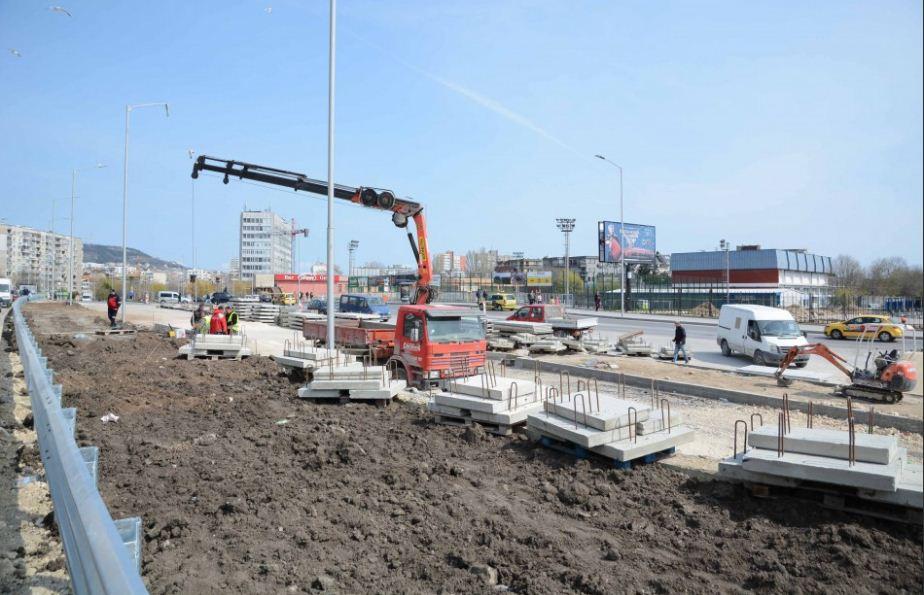 """Продължава изграждането на пешеходните пасарелки по бул. """"Васил Левски"""""""