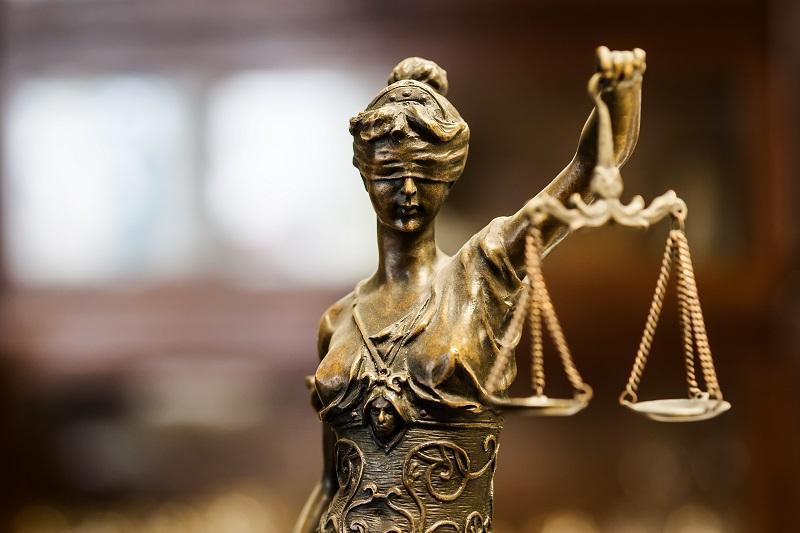 Син, предаден на съд от Районната прокуратура във Варна за домашно насилие над родителите си с телесни повреди и закана с убийство, е осъден на 1 годи