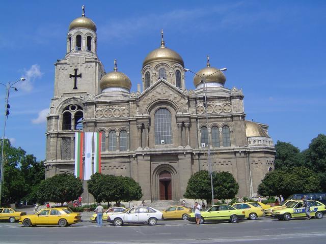 Дезинфекцират обществени сгради и молитвени храмове във Варна