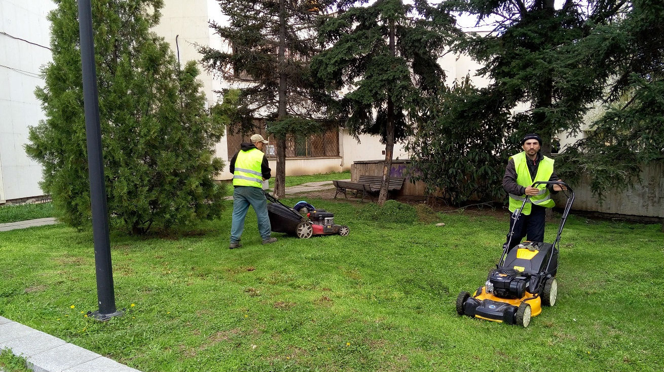 Започна пролетна коситба на зелени площи във Варна