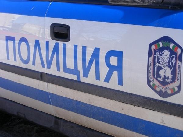 Полицейски екип, отработващ сигнал за нарушение на нощната тишина, е нападнат тази нощ в Провадия