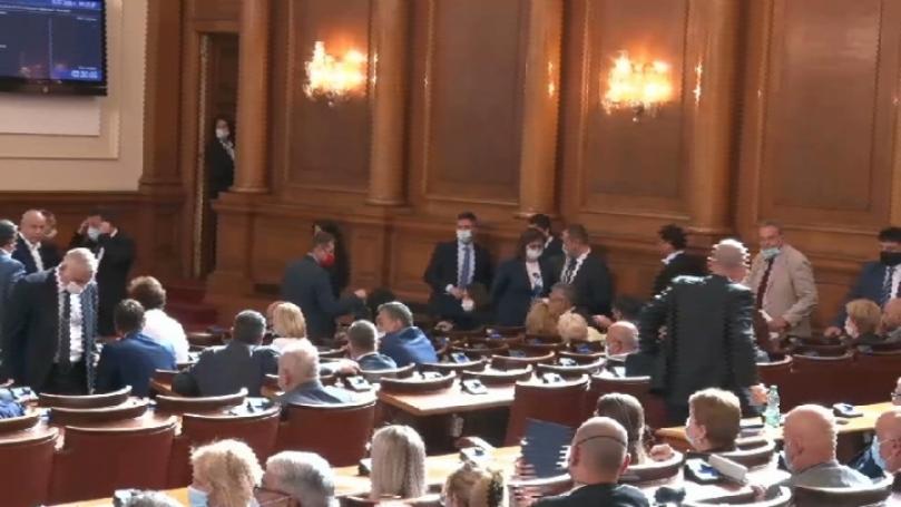 БСП напусна заседанието на парламента: Борисов е страхливец! Води България към катастрофа!