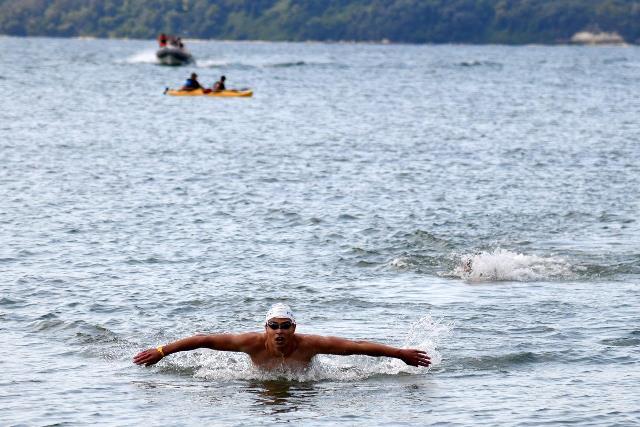 """Министър Кралев награди призьорите в юбилейното издание на плувния маратон """"Галата-Варна"""""""