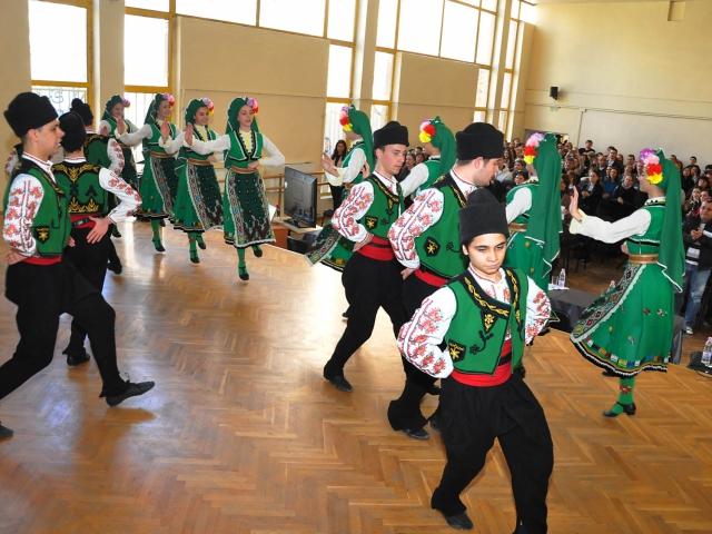Кметът подкрепи запазването на народните танци в Хуманитарната гимназия във Варна