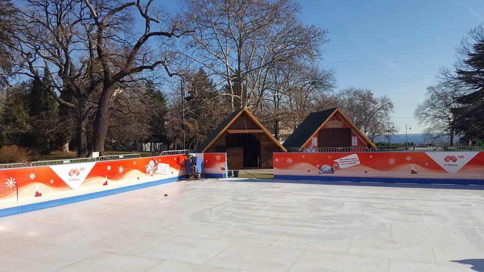 Безплатна ледена пързалка е монтирана на входа на Морската градина по повод предстоящите празници