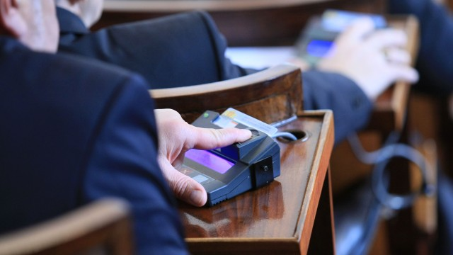 Вотът на недоверие пропадна: Кабинетът оцеля при гласуването в парламента
