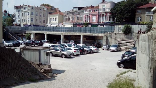 """Нов етажен паркинг с атрактивна зона върху него може да се роди в """"Дупката"""" на Варна"""
